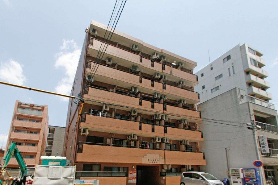 ブロックを思わせる建物。周囲は住宅街のため落ち着いて過ごせます