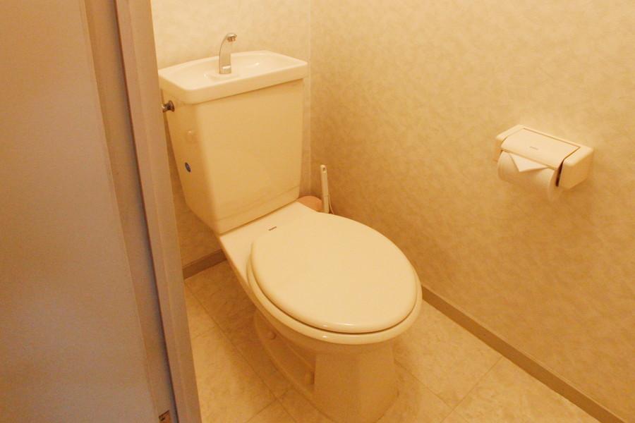 白を基調としてまとまった清潔感のあるトイレ