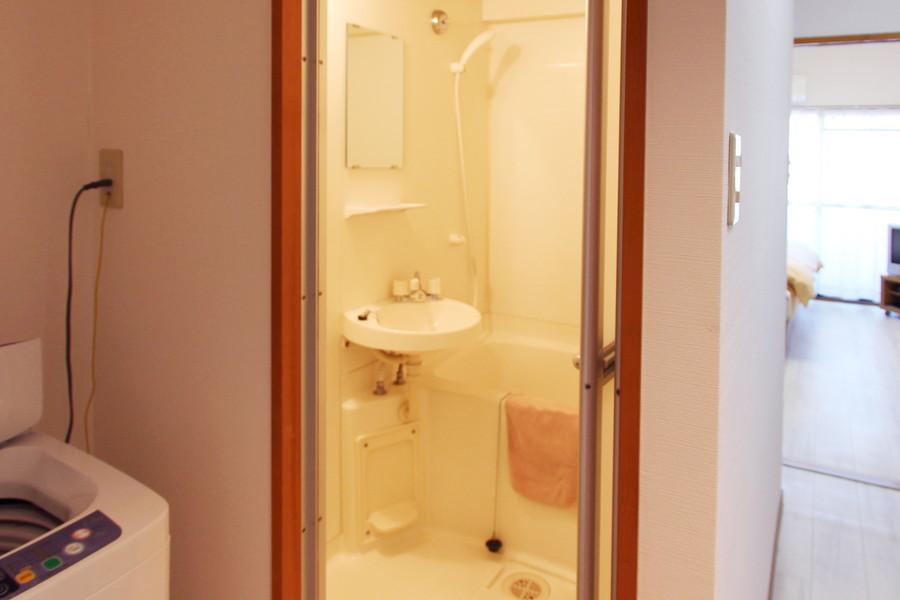 バスルームにはバスマット、洗面器などをご用意しています
