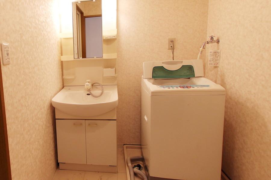 洗面台は独立タイプ。小物が収納できる棚もあるすぐれものです