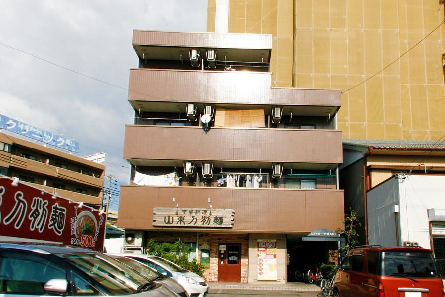 スクエアなシルエットが特徴。1階には飲食店が入居しています
