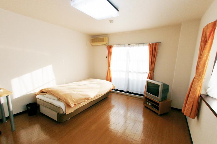 ベッドやデスクを置いても余裕の広さ。ゆったりお使いいただけます