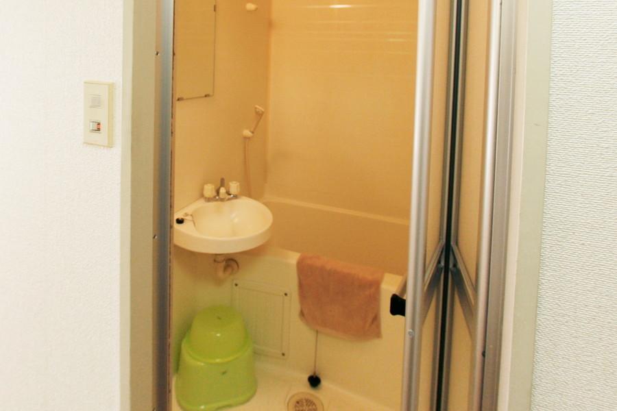 お風呂には洗面器やバスマットなどをご用意しています