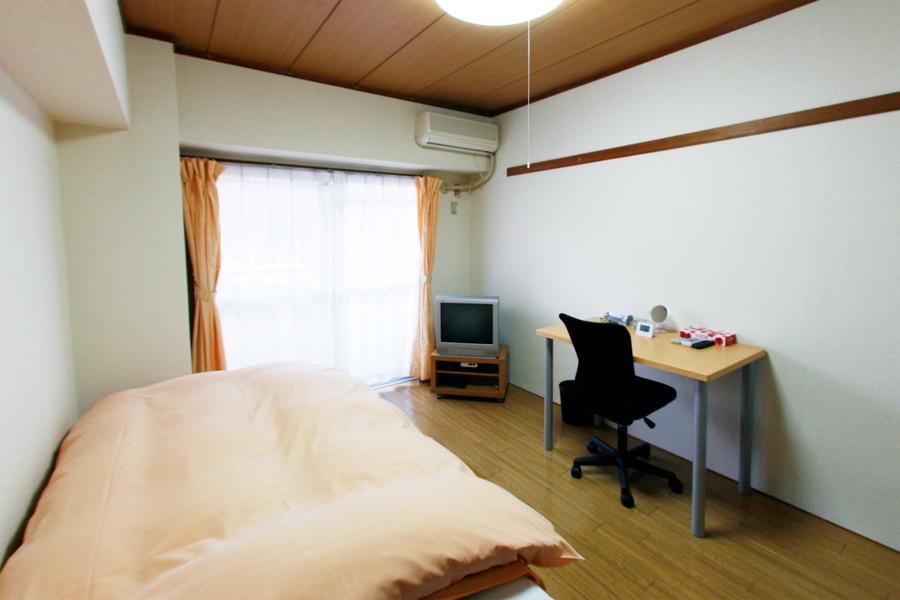 木目の床と天井があたたかな印象を与えてくれるお部屋