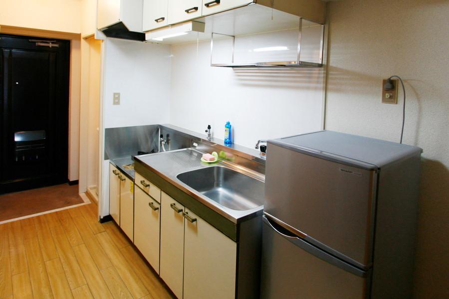 上下にたっぷりの収納棚を備えたキッチン