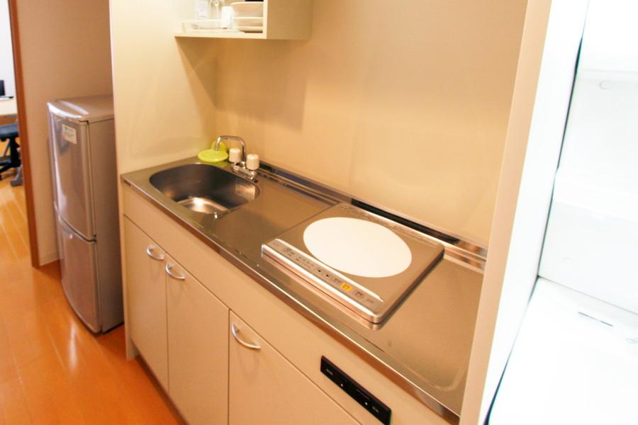 使いやすいIHコンロ。調理用のスペースも充実しています