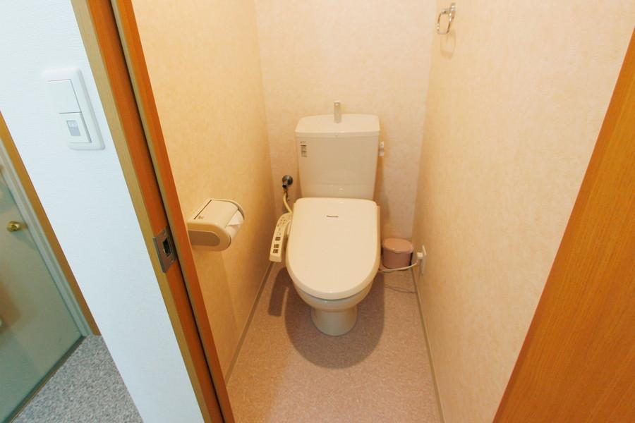 トイレは穏やかな色合いでまとめられています。ウォシュレットも完備