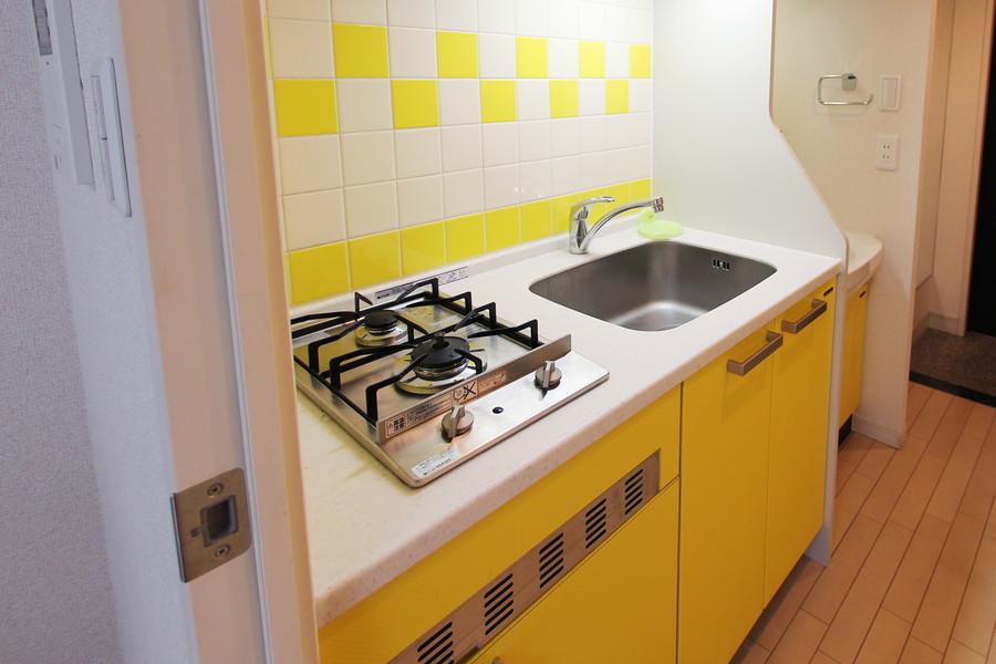キッチンは一転してポップな印象。元気の出る鮮やかなカラーリングです。