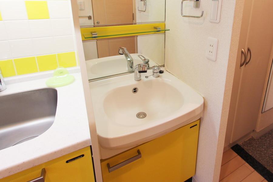 洗面台はキッチンとおそろいのカラーリング。