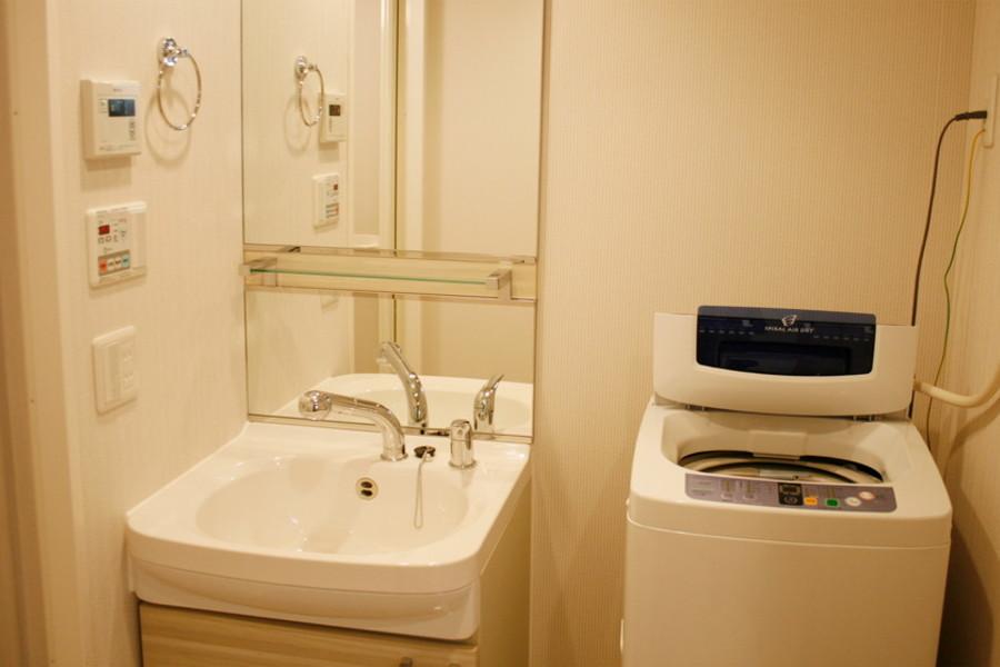 大きな鏡がポイントの独立洗面台。身だしなみチェックに!