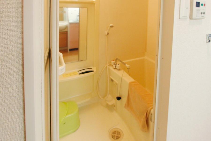 大きな鏡が嬉しいバスルーム。日々の疲れを癒やしてください