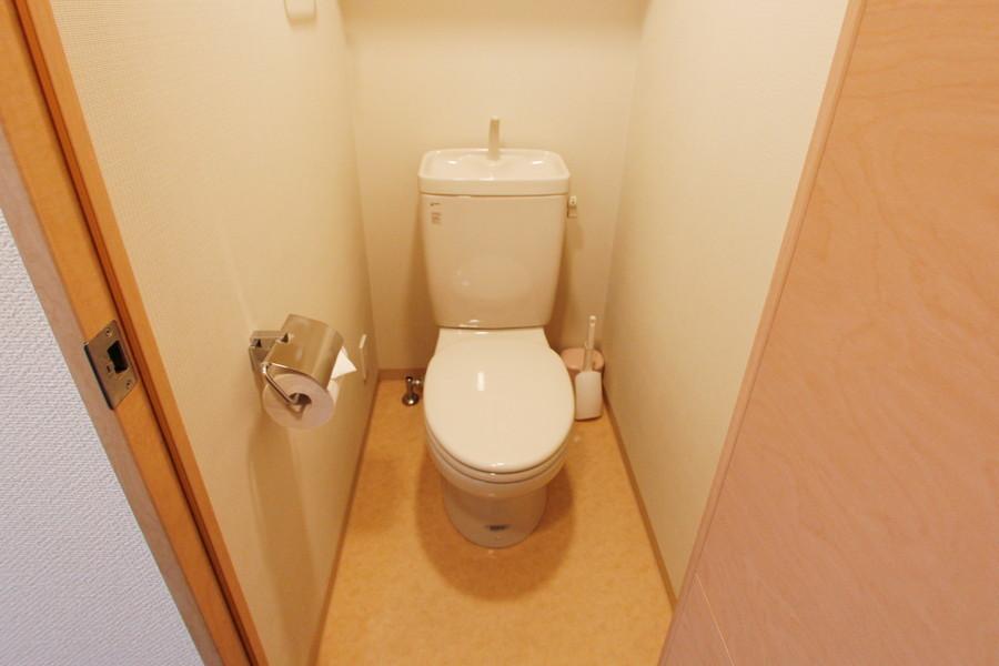 淡いカラーリングが落ち着きを与えるトイレ
