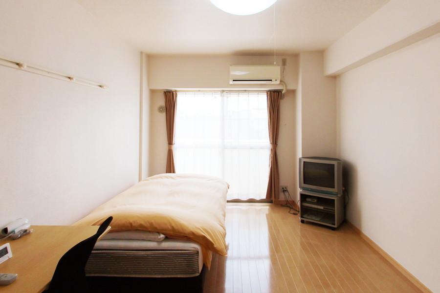 全体的に淡い色合いのお部屋。天井も高く開放感があり過ごしやすいです