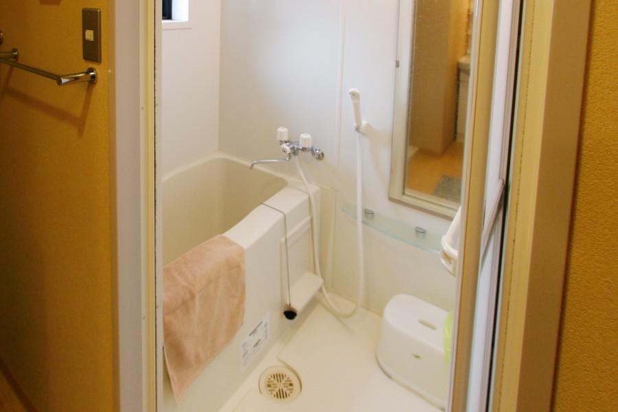 大きな鏡が特徴のバスルーム。浴室乾燥機能も備わっています