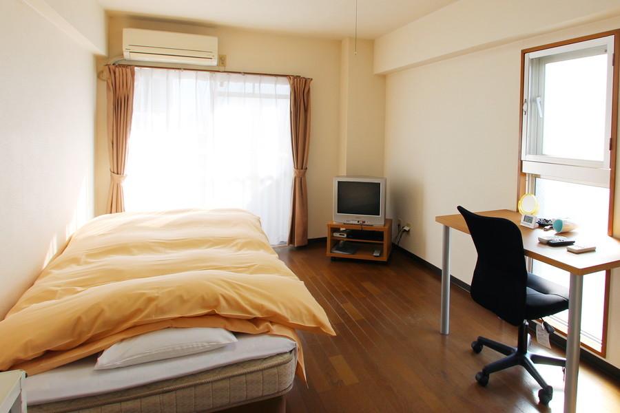 木目調のフローリングがあたたかなお部屋。2面の窓で採光もばっちりです