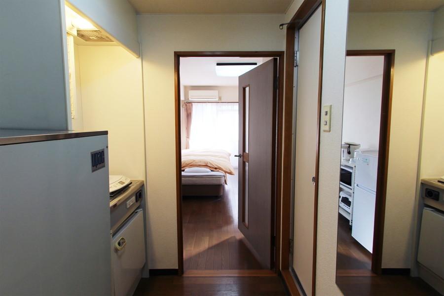 室内と統一された壁紙にダークブラウンの扉がアクセントに