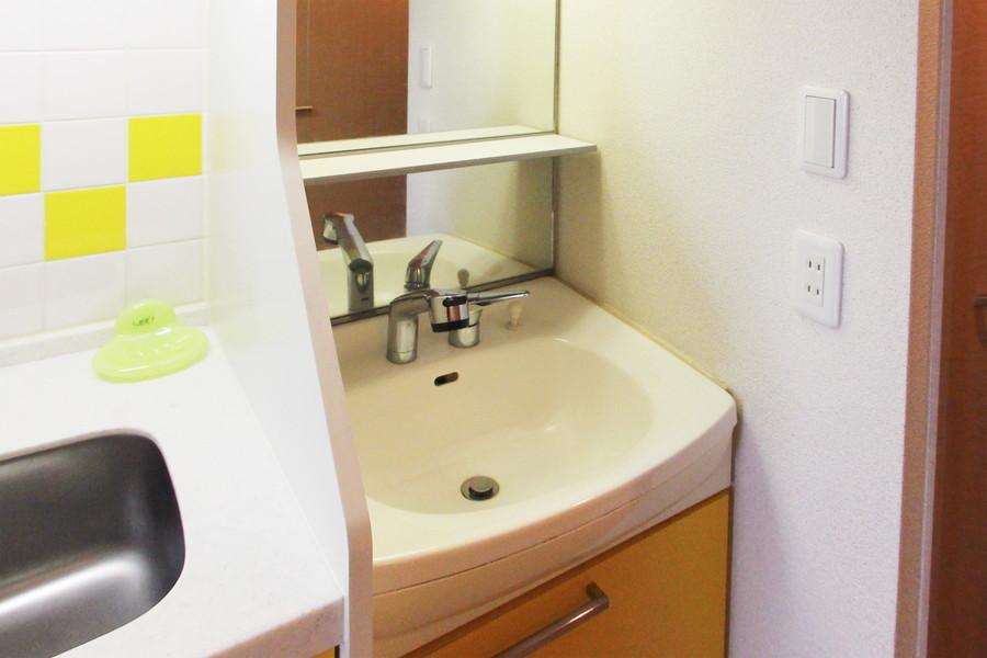 大きな鏡がポイントの洗面台。シャンプードレッサーを完備しています