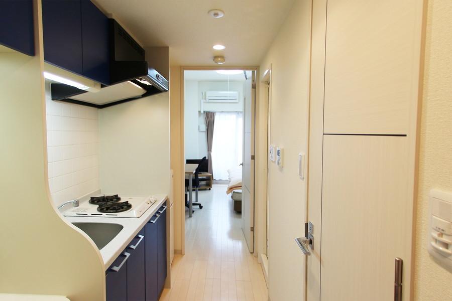 キッチン周辺も室内とひと続きの内装で統一感があります