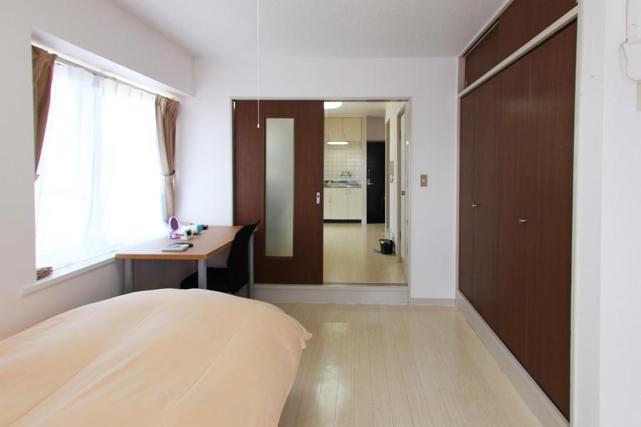 収納は上下に二段たっぷりと。ダークブラウンの扉がお部屋のアクセントに