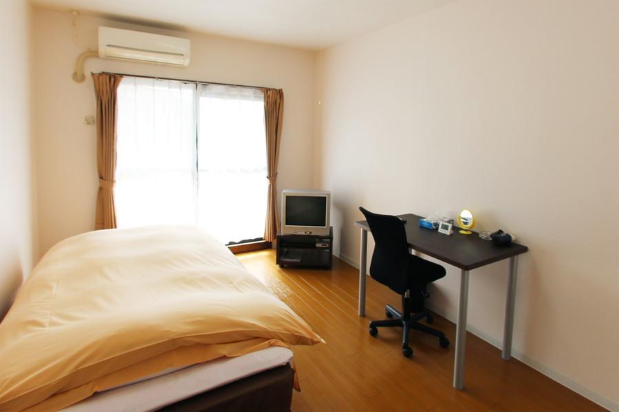 フローリング張りのお部屋は採光もしっかり。明るいお部屋です