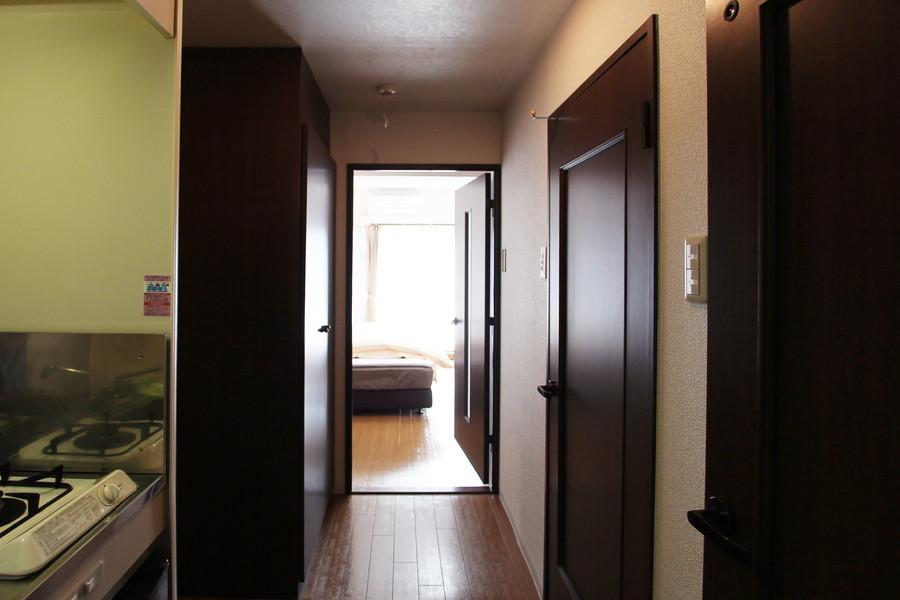 お部屋と廊下の間には扉が設置。シックなダークブラウンでまとめられています