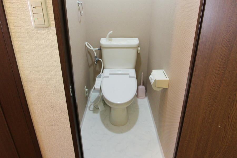 お手洗いには人気のシャワートイレを設置しています