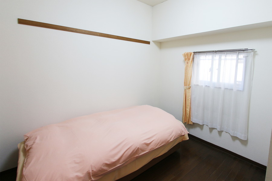 玄関側すぐのベッドルーム。ゆったりお使いいただける広さです