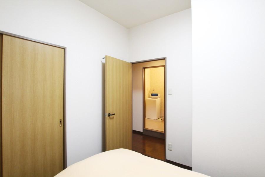 こちらの部屋にも収納をご用意。長期滞在でも安心の広さです