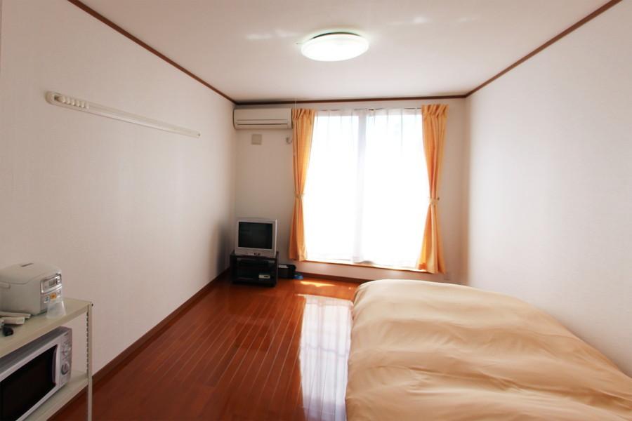 あめ色のフローリングが印象的なお部屋。天井も高く閉塞感も少なめです