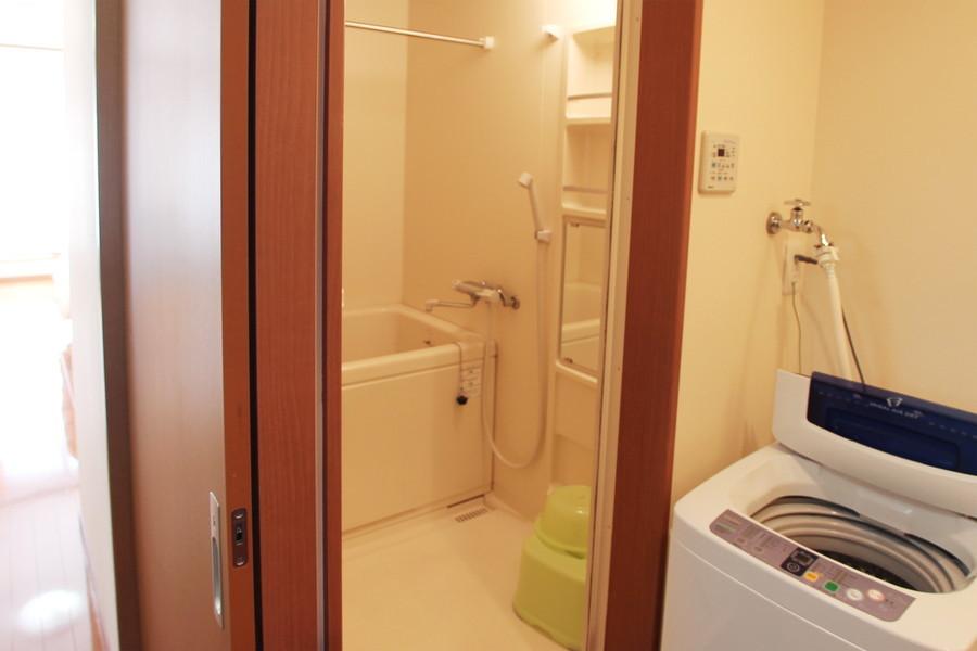 鏡付きの棚がポイントのお風呂。浴室乾燥機能つきです