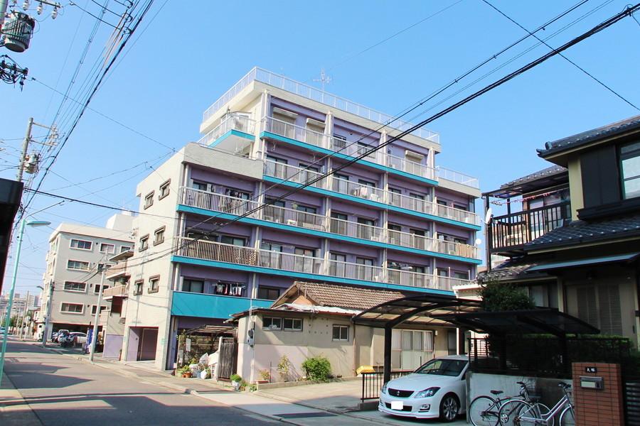 鮮やかな水色のラインが特徴。住宅街内で自然あふれる徳川園もすぐ近くです