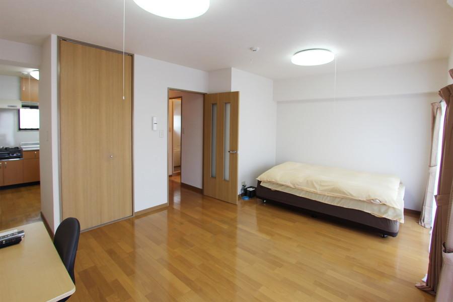 広々とした14畳のお部屋。2面窓で自然光もしっかり取り込むことができます
