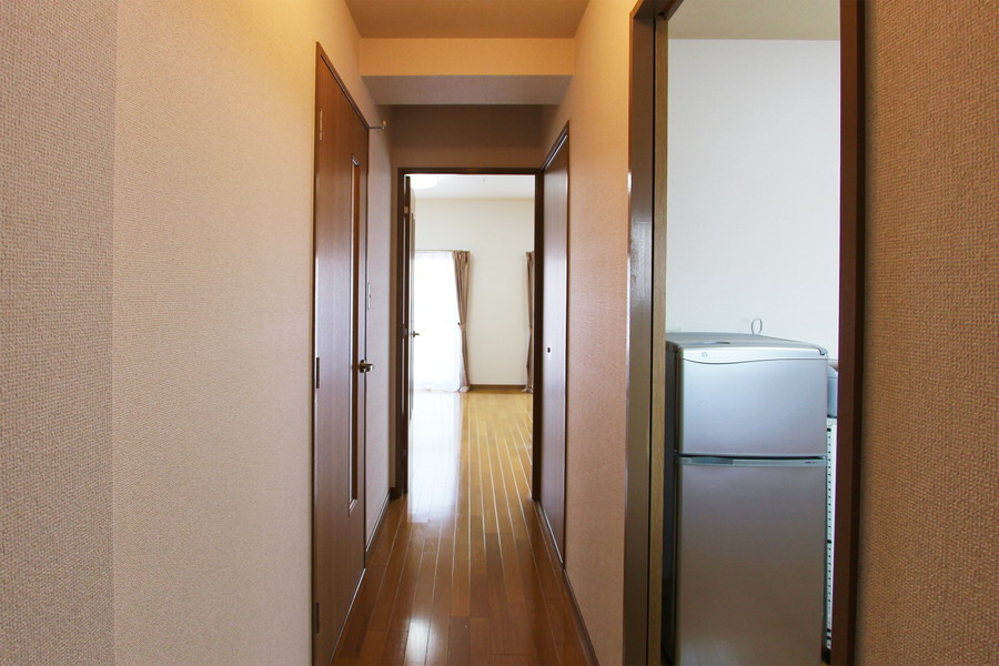 玄関はお部屋と同じフローリングで統一感があります