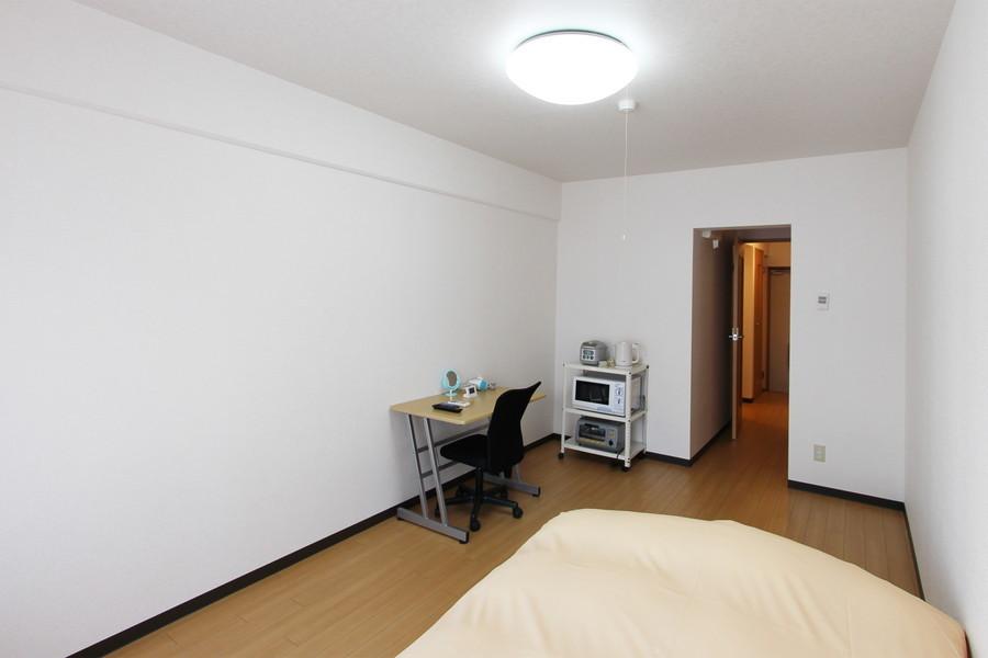 ベッドやデスクを置いても余りある広いお部屋。天井も高く開放的です