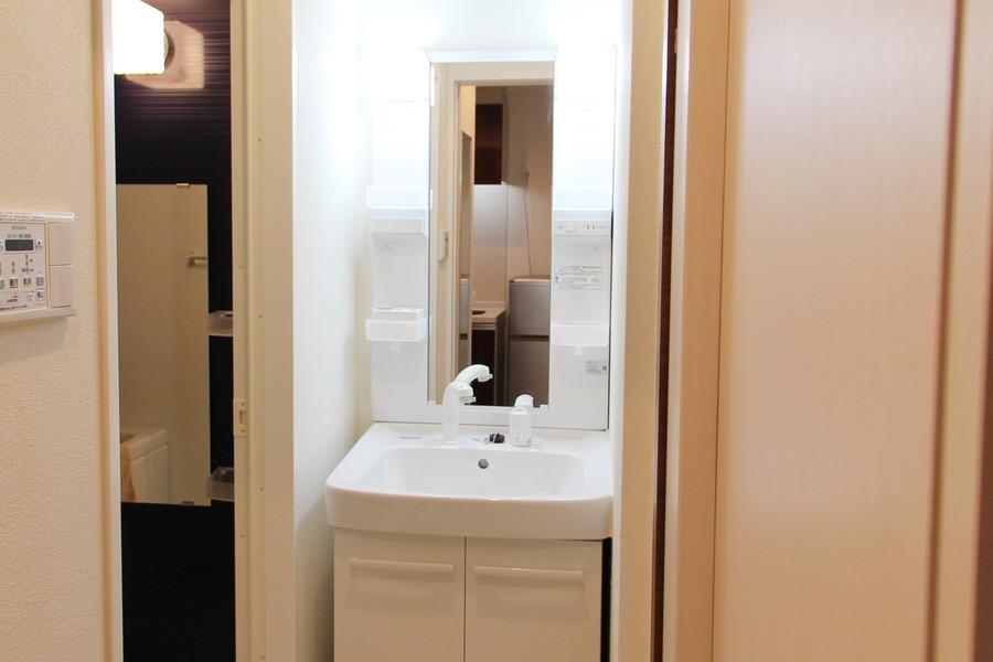 独立洗面台はシャンプードレッサーを完備。鏡も大きめです