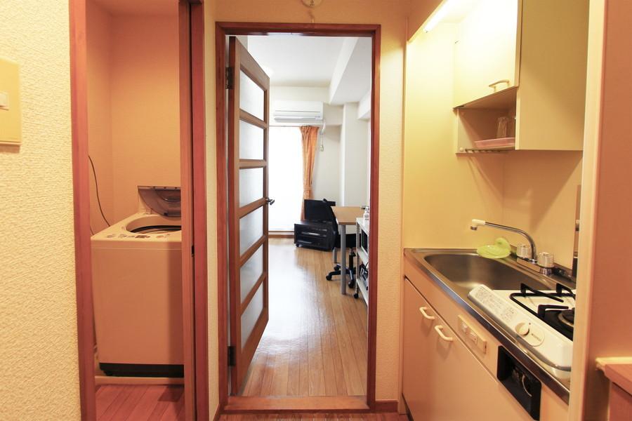 キッチンも室内と同じく木目調のフローリングを採用