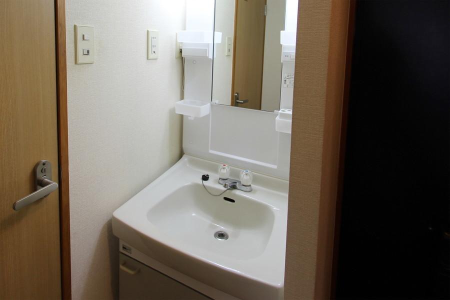 大きな鏡が魅力の洗面台。収納棚も多めです
