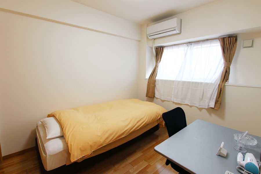 玄関横の寝室はダイニングと同じ色合いで統一。小窓付きで明かりも取り込めます