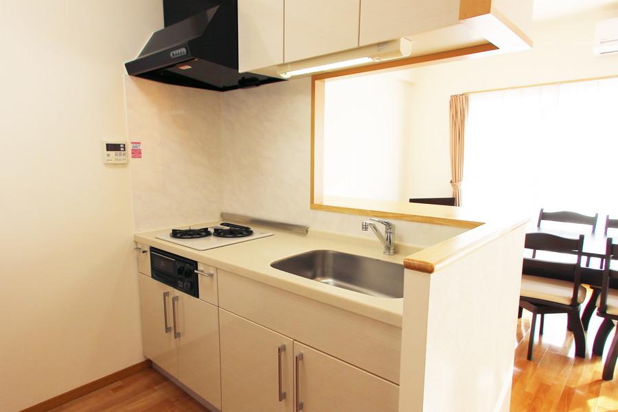 キッチンはオシャレなカウンタータイプ。シンクも大きめで快適です
