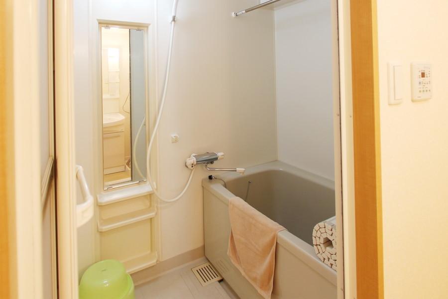 縦長の鏡と小物棚が特徴のお風呂。浴室乾燥機能搭載です