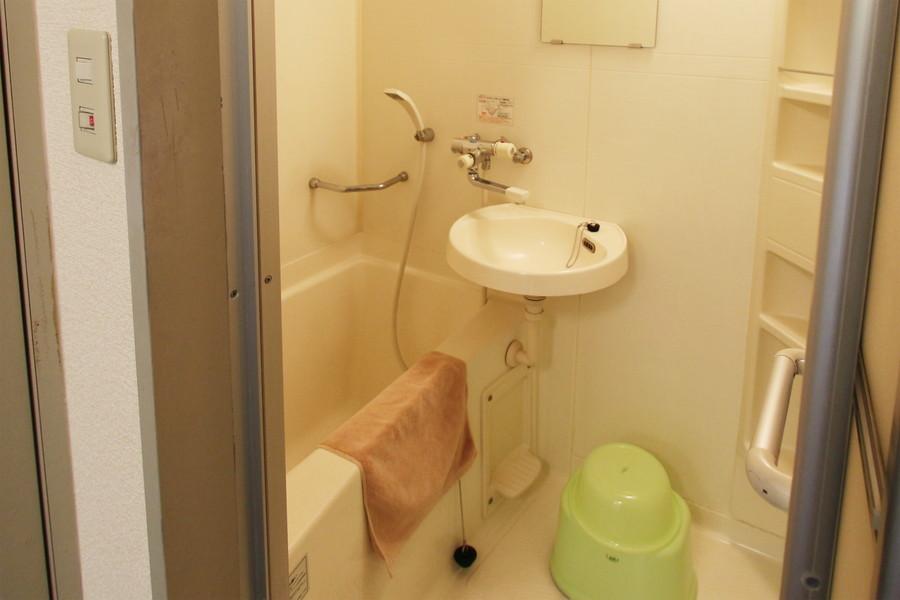 壁面に備え付けられた小物置き場が特徴