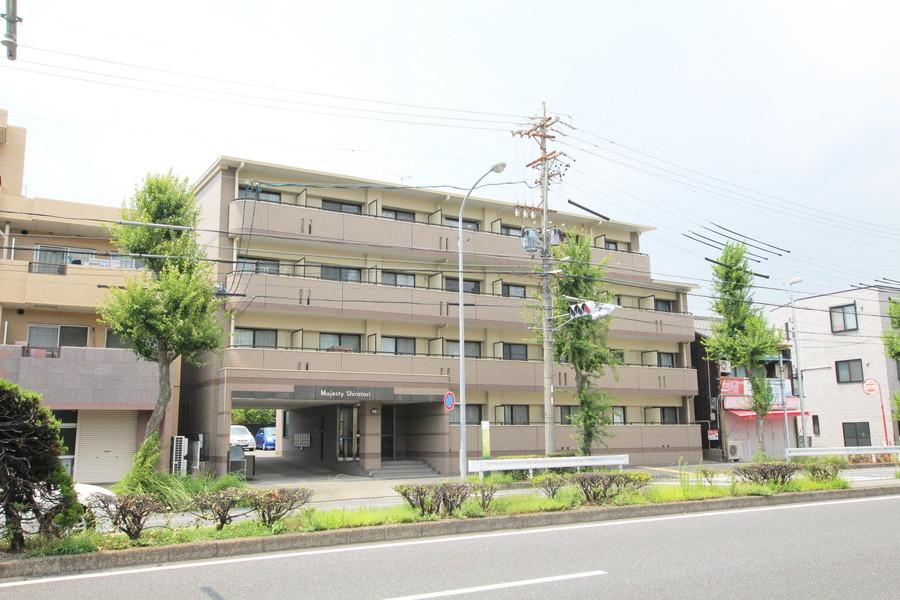 ブロックのような外観が特徴。熱田神宮が近く緑あふれる環境です
