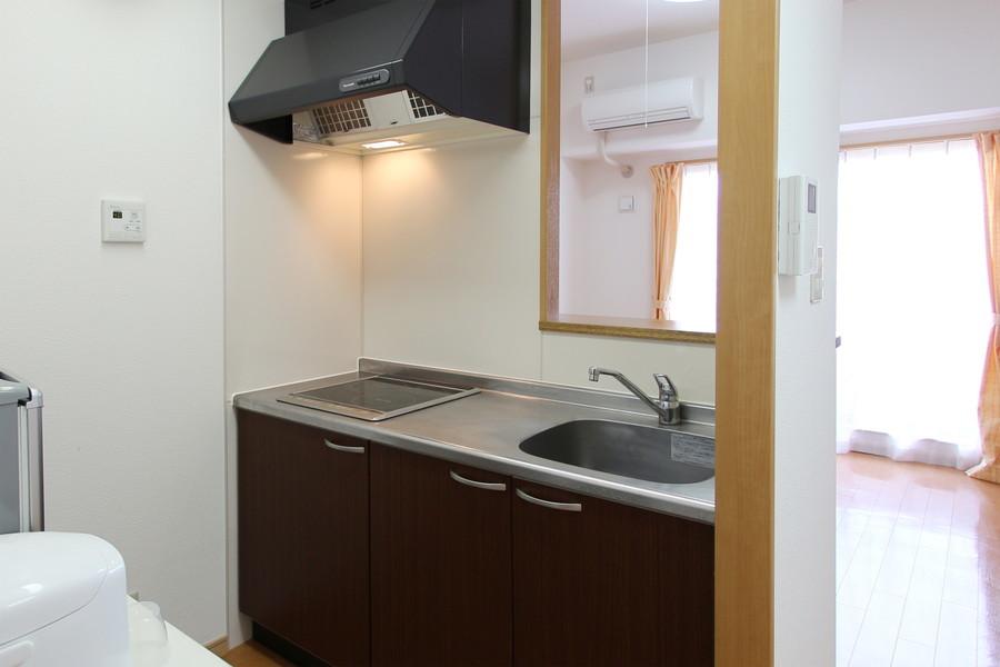 リビングが臨めるオープンキッチン。お掃除も簡単なIHコンロです