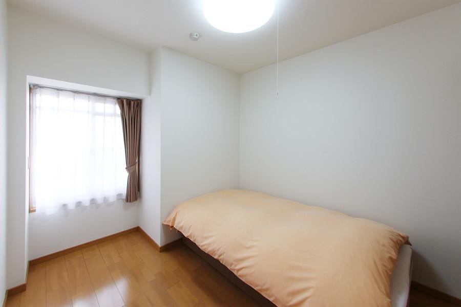 玄関横の洋室はシーリングライトを採用し、開放感のあるお部屋に