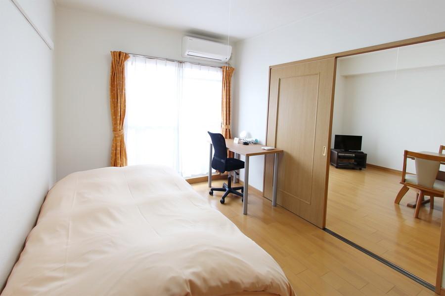 リビング隣のお部屋にはデスクを設置。大きめの窓で明るいお部屋です