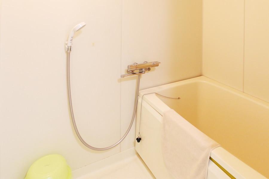 毎日の疲れを癒やすバスルームは清潔で広々