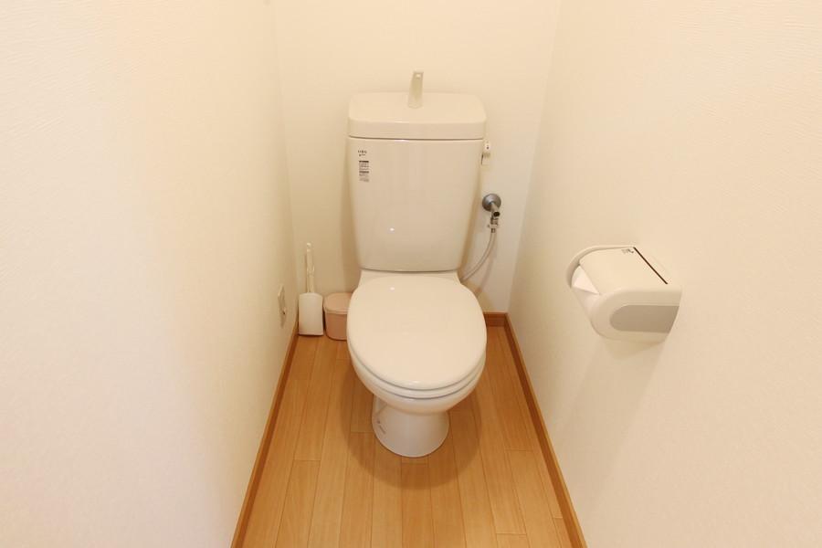 木目調の床があたたかな印象を与えてくれるお手洗い