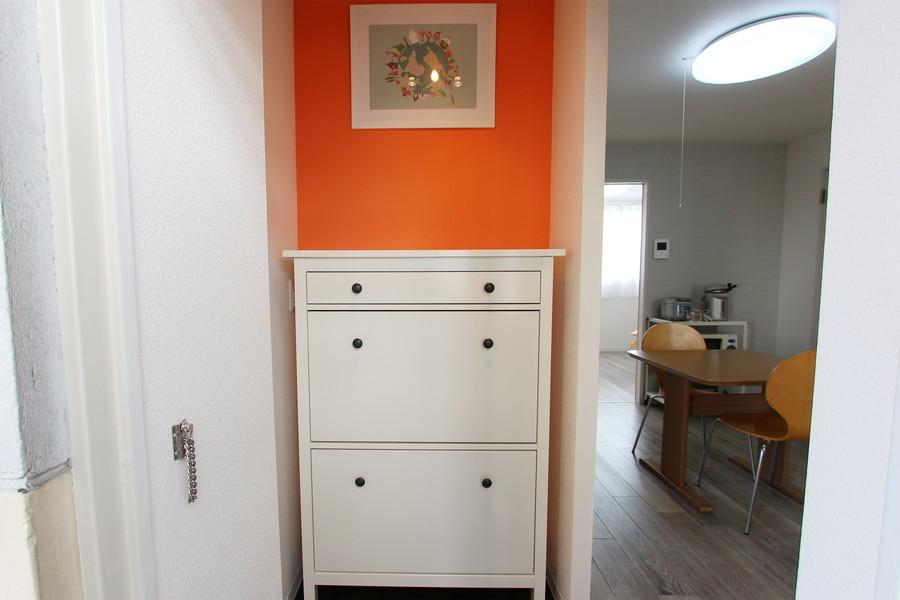 扉を開けるとビタミンカラーのオレンジ。棚の上に小物を置いても素敵です