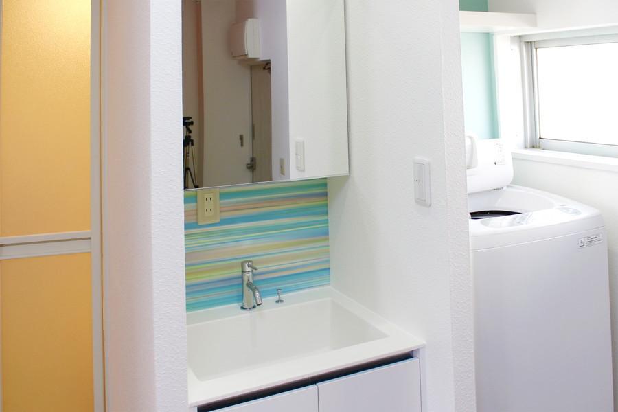 大きめ鏡がポイントの洗面台。身だしなみもチェックしやすいです
