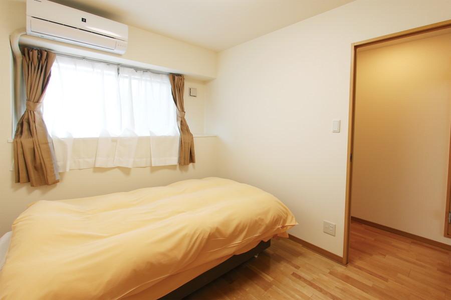 玄関からすぐの寝室は小窓つき。日差しも差し込む気持ちの良いお部屋です